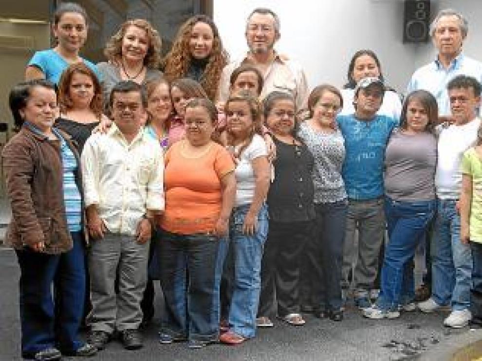 El doctor Guevara (c), con varios de los ecuatorianos que estudia.