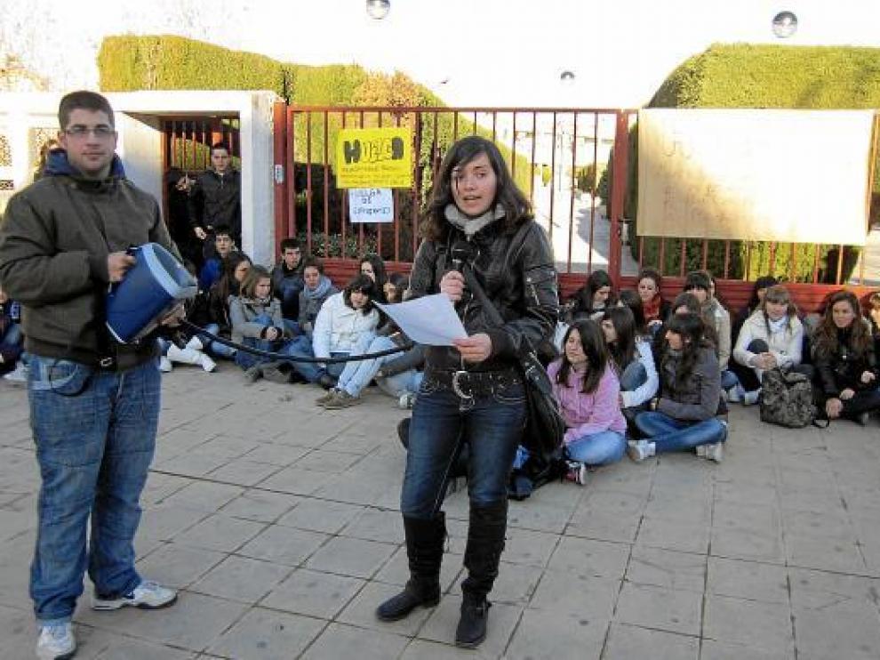 Los estudiantes del IES Bajo Aragón de Alcañiz, concentrados a las puertas del centro de educación.