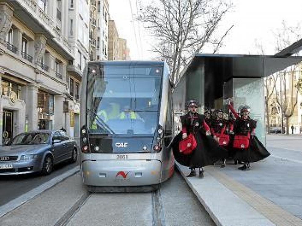 El grupo Los Tantan, ayer con un tranvía en pruebas.
