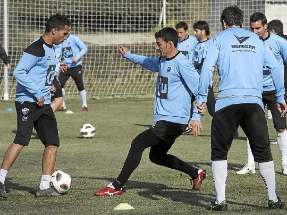 Los jugadores oscenses realizando una sesión de entrenamiento.