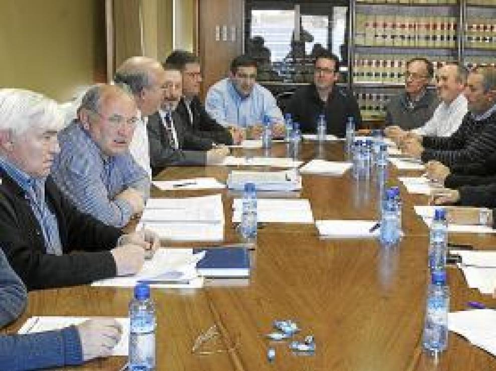 Trillo, segundo por la izquierda, en la junta de gobierno de ayer.