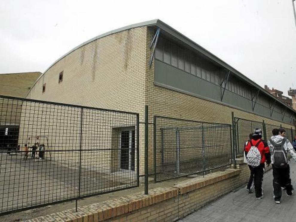 Pabellón deportivo del colegio Sancho Ramírez, uno de los tres edificios donde se cortó el gas.