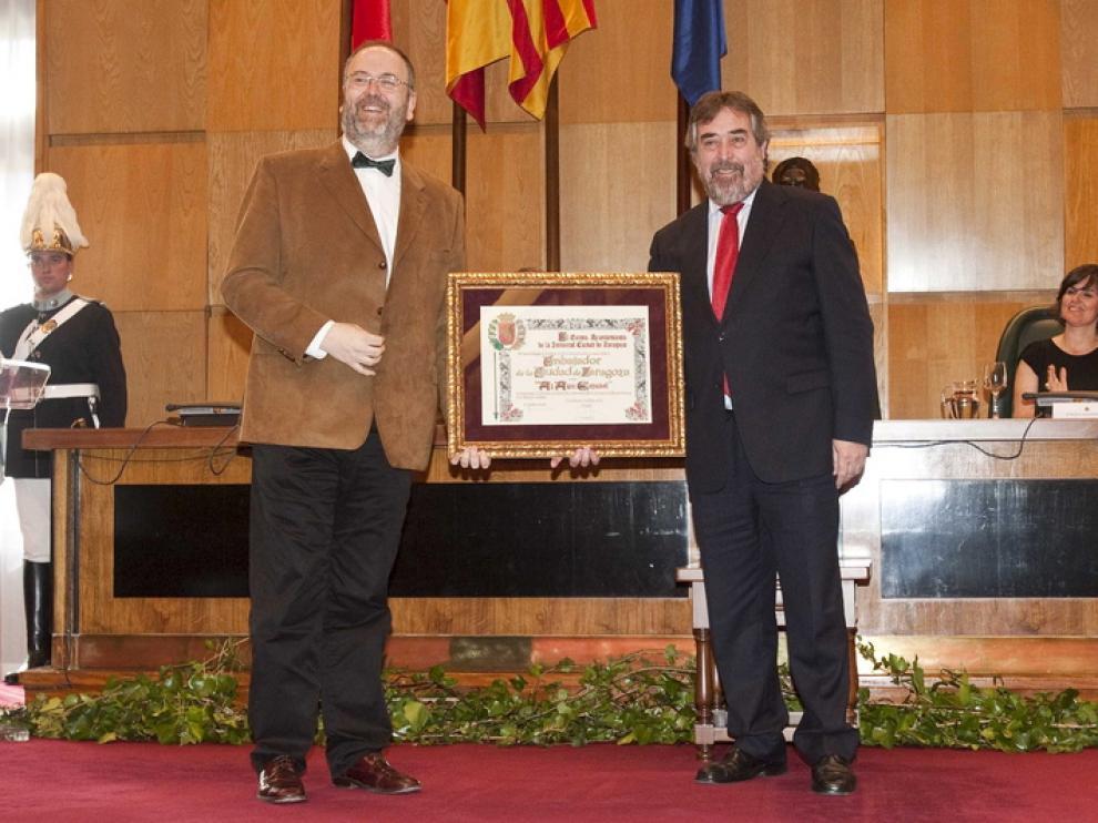 Eduardo López Banzo recibe el título de manos del alcalde de Zaragoza