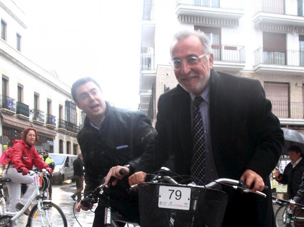 El director general de Tráfico, Pere Navarro (d) acompañado por otras autoridades , pasean en bicicleta con motivo del II Encuentro de Ciudades para la Seguridad Vial de Córdoba.