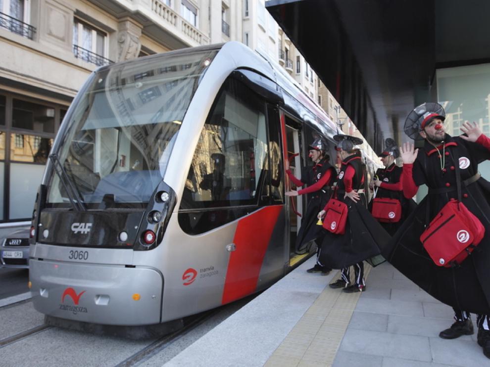 Los Tan Tan informan a los usuarios sobre el tranvía de Zaragoza