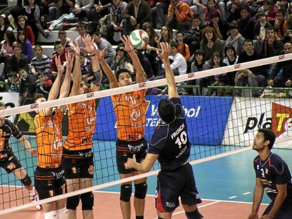 Los jugadores del CAI Teruel bloquean un balón.