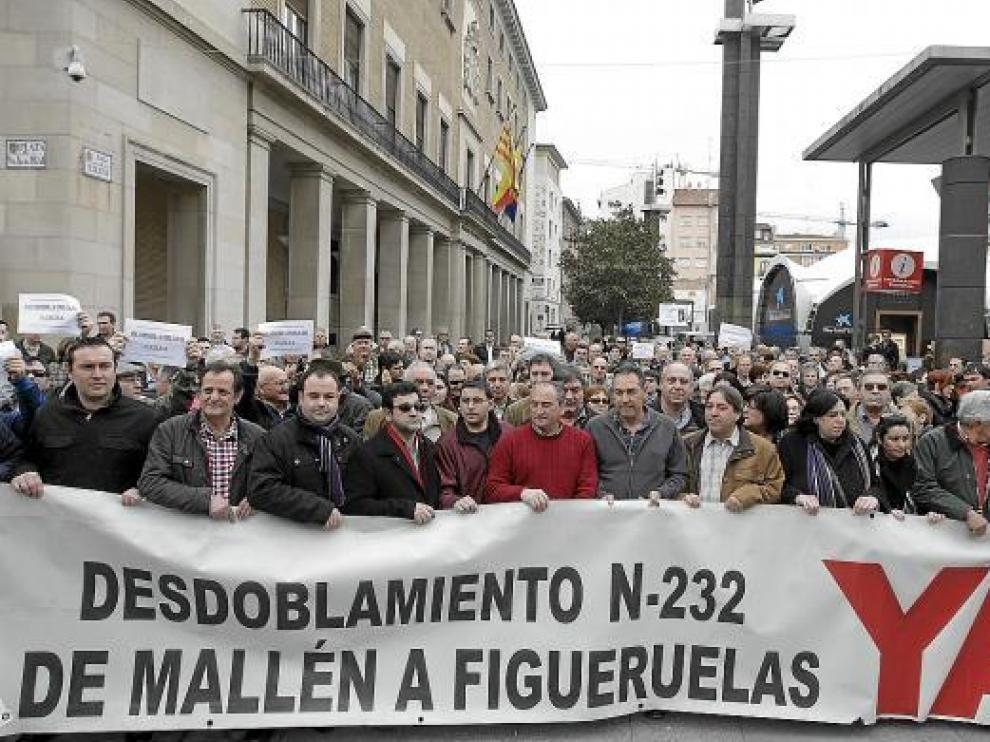 Vecinos y alcaldes de los pueblos afectados, ayer, en las puertas de la Delegación del Gobierno.
