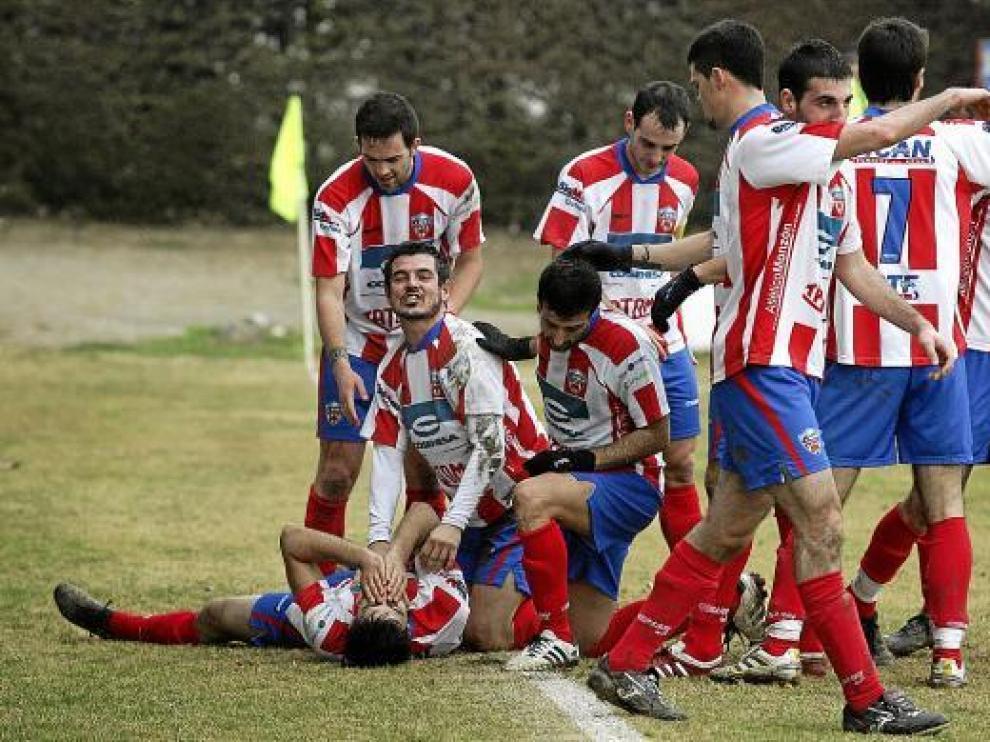 Jugadores del Monzón celebrando una victoria. Hoy tienen un difícil compromiso contra el 'Sabi'.