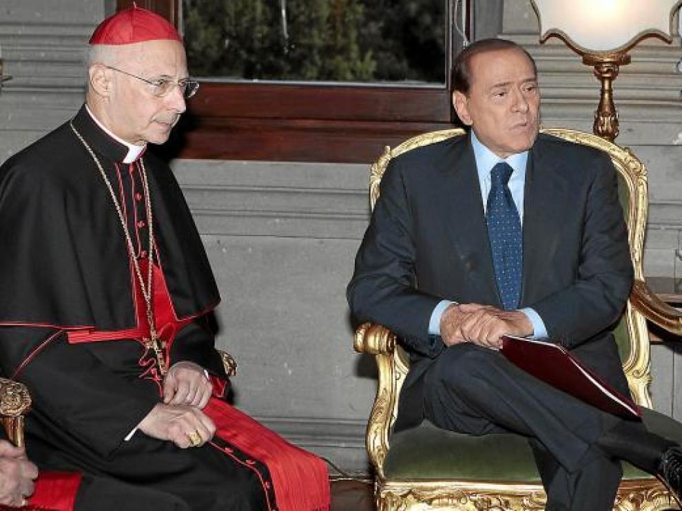 Berlusconi, el viernes con el cardenal Angelo Bagnasco en la embajada italiana en el Vaticano.