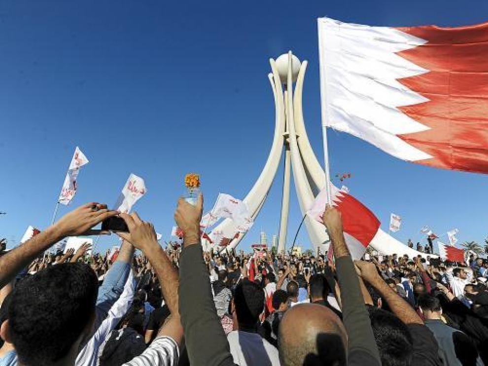 Miles de bahreiníes se manifiestan en la céntrica plaza Lulu de Manama, ayer.
