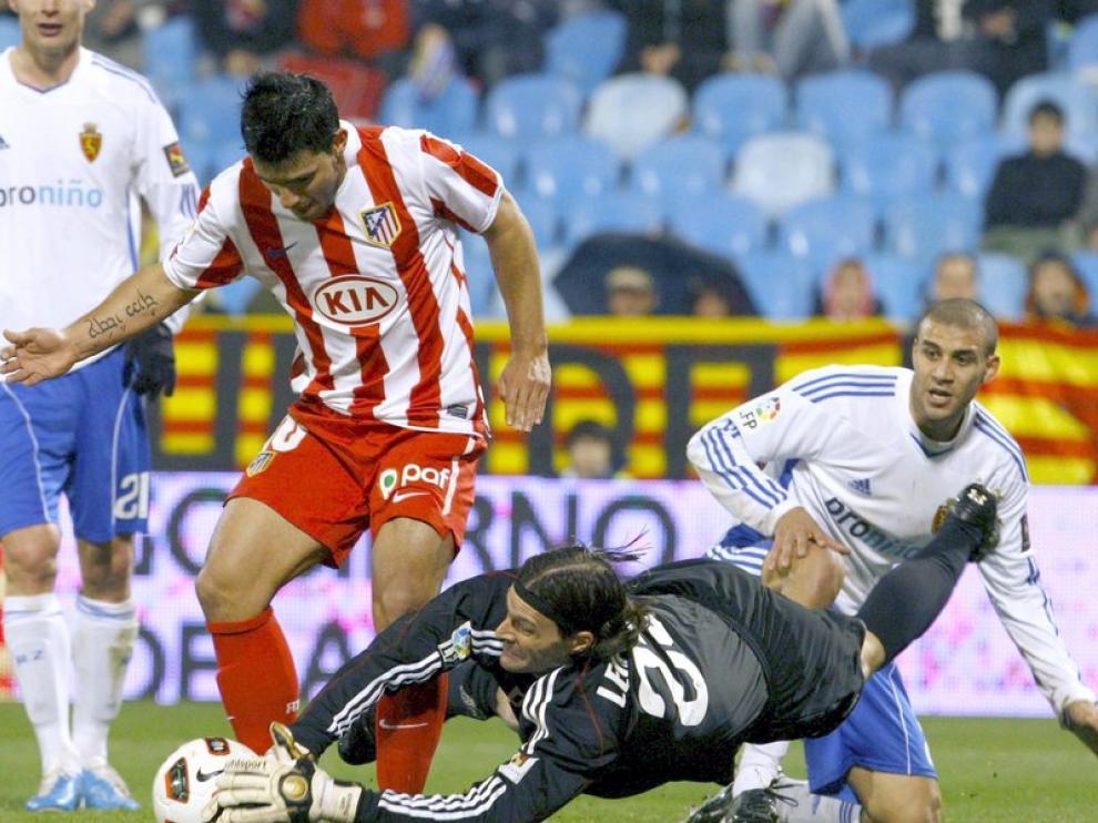 Leo Franco detiene un balón ante Kun Agüero.