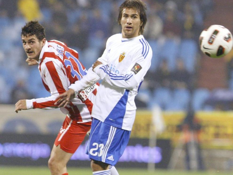 Jorge Resurrección 'Koke' observa el balón junto a Leo Ponzio
