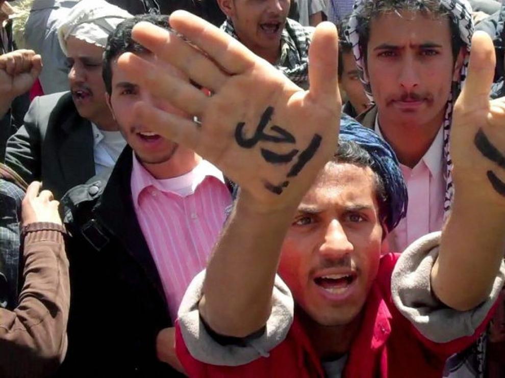 Manifestante que se ha escrito fuera en las manos