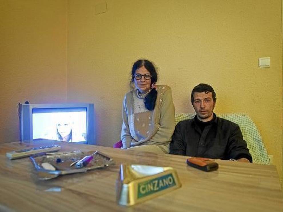Antonio Campos y su madre, María Sanjusto, en el comedor de la vivienda donde residen.