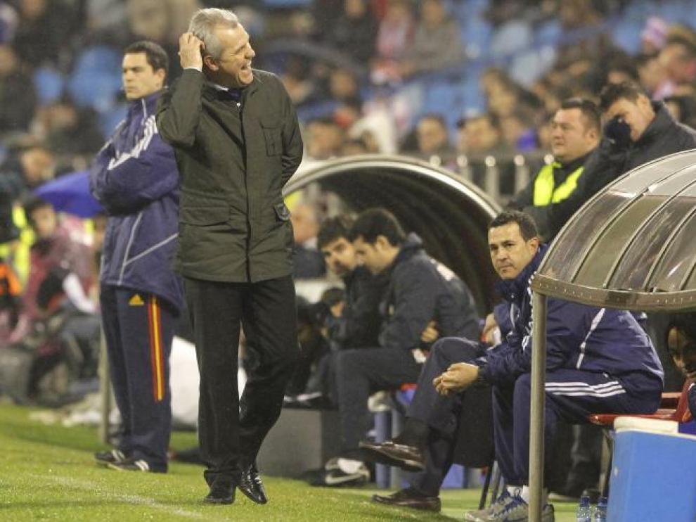 Javier Aguirre se rasca la cabeza durante un momento del encuentro de ayer.