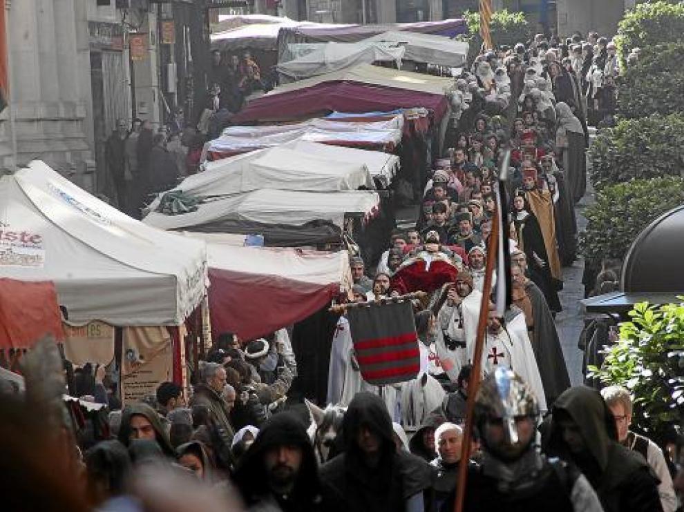 La calle de San Juan, al paso del cortejo fúnebre junto al mercadillo, mostraba ayer este aspecto.