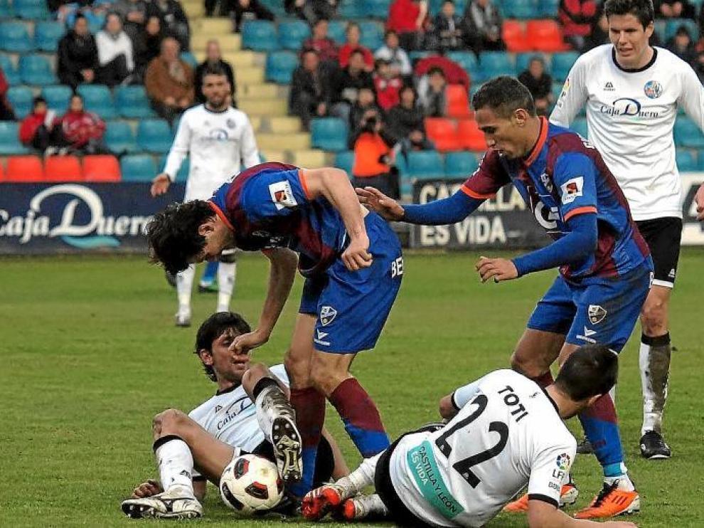 Gilvan, a la derecha, en plena disputa de una pelota junto a Camacho y dos defensores del Salamanca.