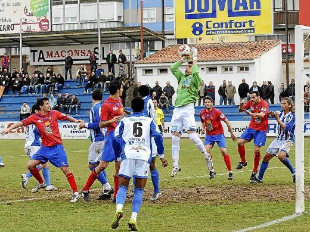 El portero del Atlético Baleares ataja un balón por alto.