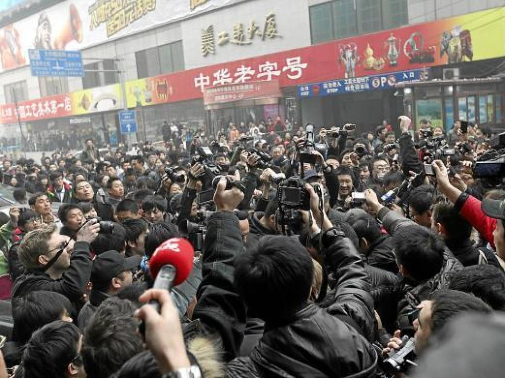 Varios decenas de personas se concentran en una céntrica calle de Pekín, ayer.