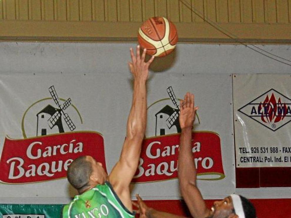 Yango, el jugador del Lobe con más valoración en el partido contra Alcázar, gana el salto a un rival.