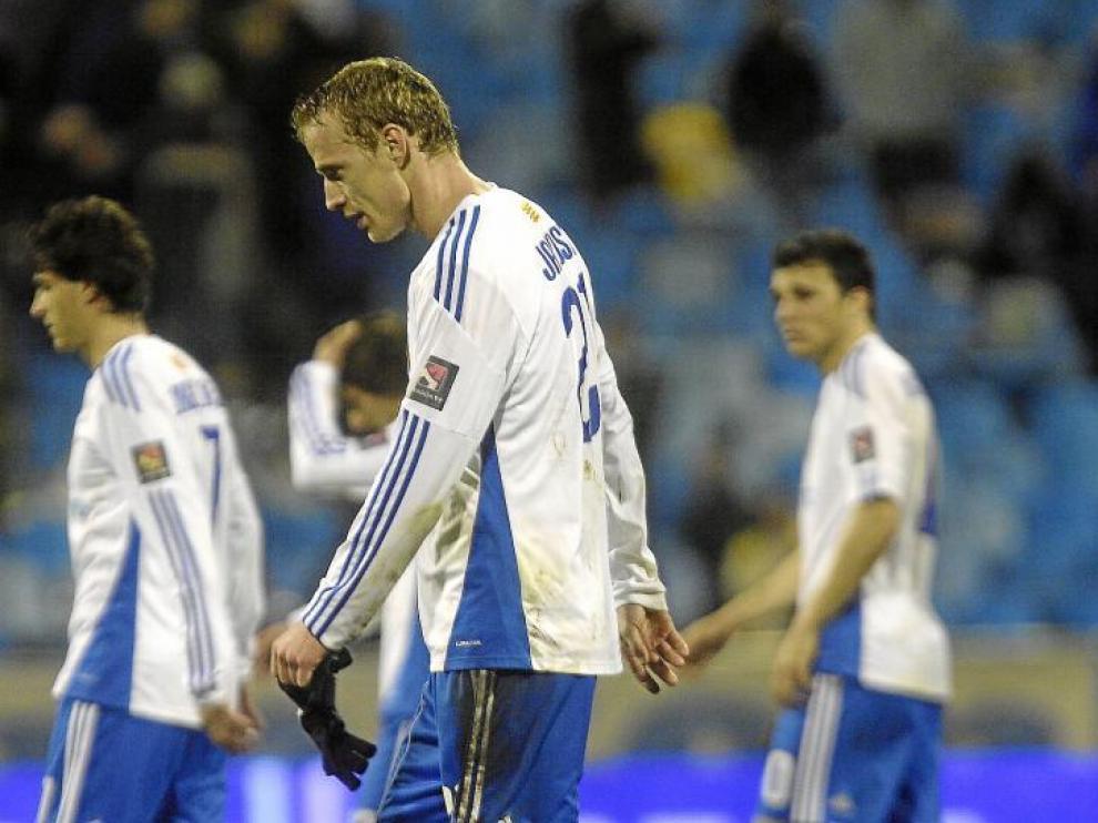 Jarosik se retira cabizbajo tras la derrota contra el Atlético de Madrid.