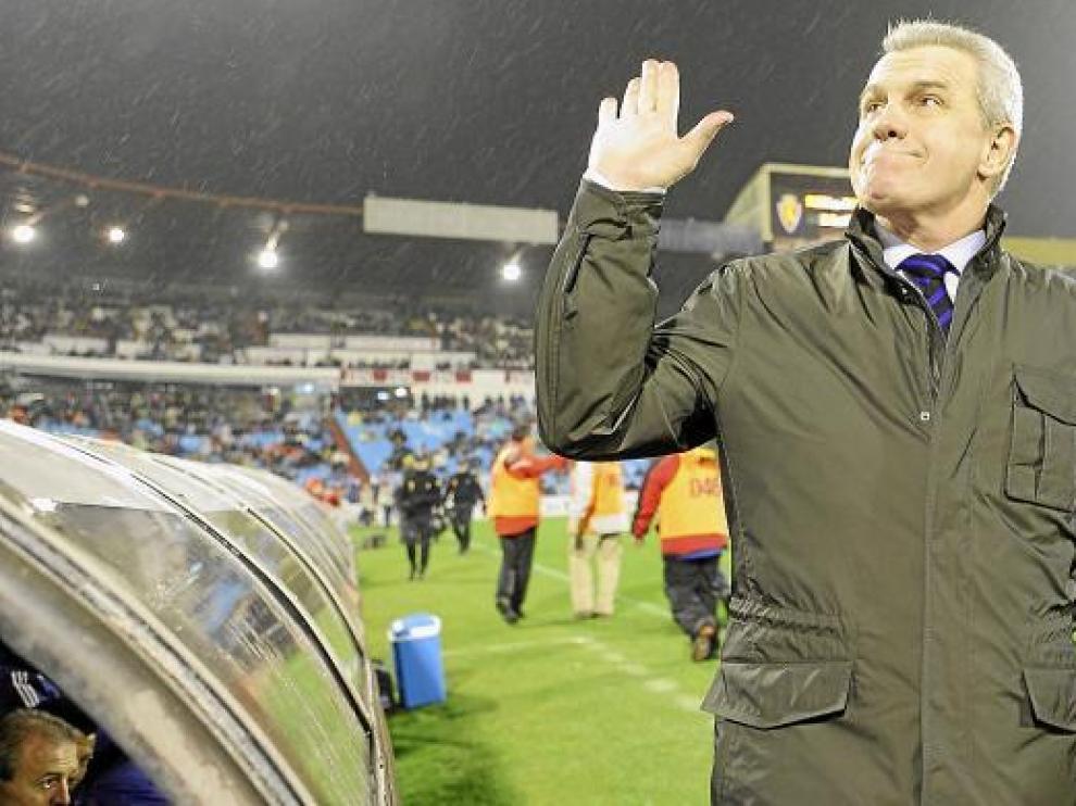 Javier Aguirre lanza un saludo a la grada de La Romareda.