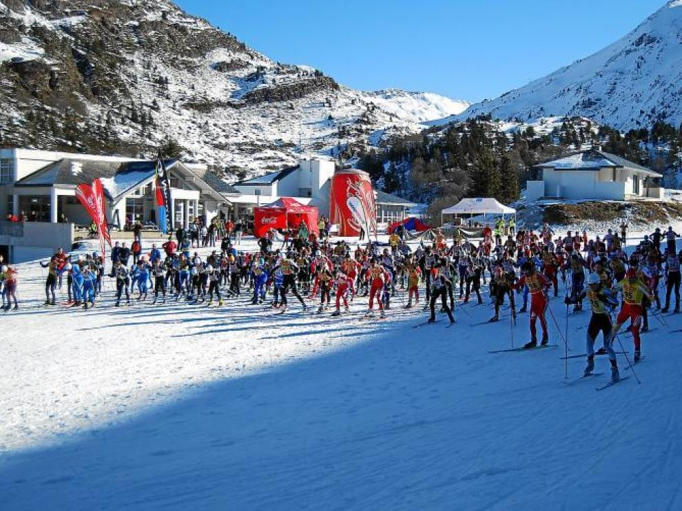 Imagen de la salida de la prueba, con casi 250 corredores en liza. Un rotundo éxito, en medio de un gran día.