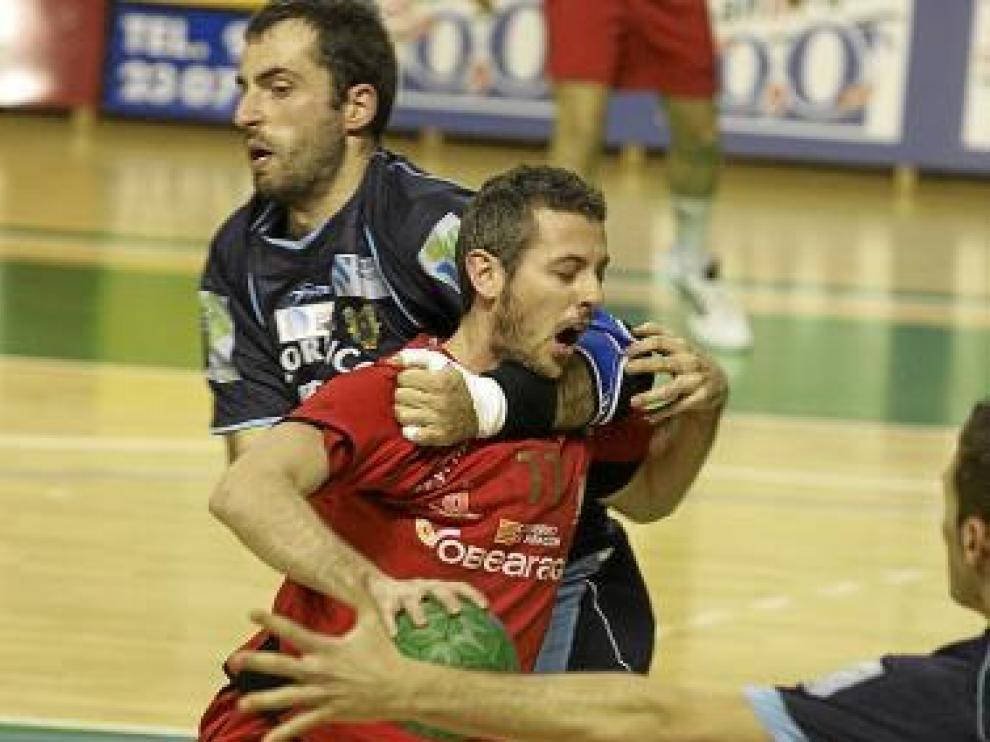 Álex Álvarez frenado de forma irregular por la zaga del Cangas.