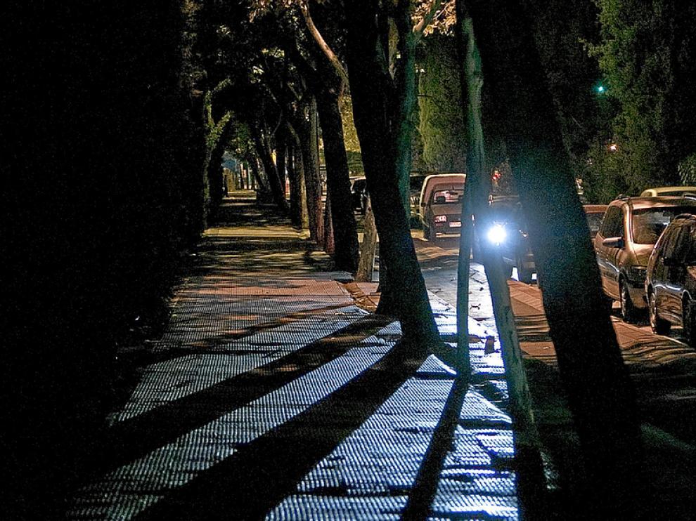 La avenida de San Juan de la Peña de Zaragoza, con farolas apagadas.