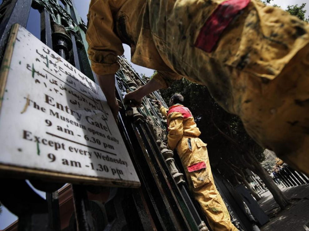 Trabajadores reabriendo el Museo de El Cairo