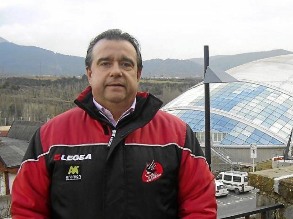 Pepe Arbués posa para la cámara ante la pista de hielo donde transcurren las actividades del CH Jaca.