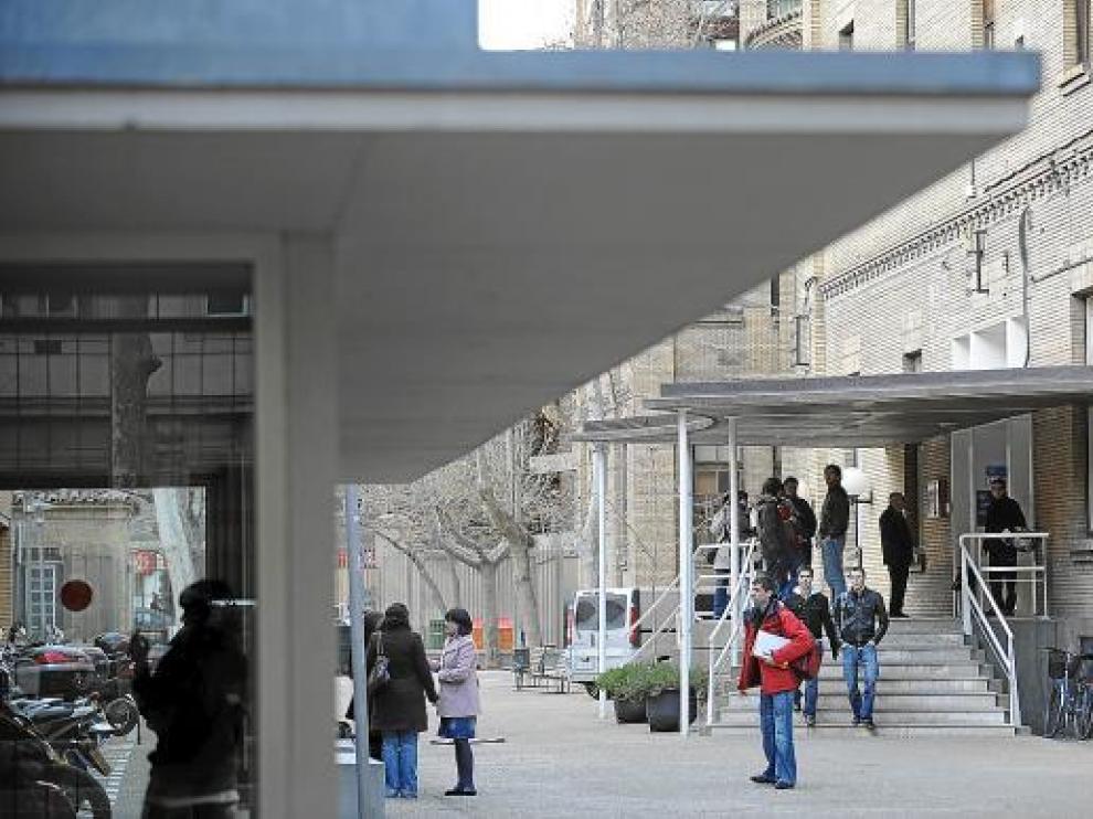 Varios estudiantes a la salida de la Facultad de Económicas, situada en la Gran Vía de Zaragoza.