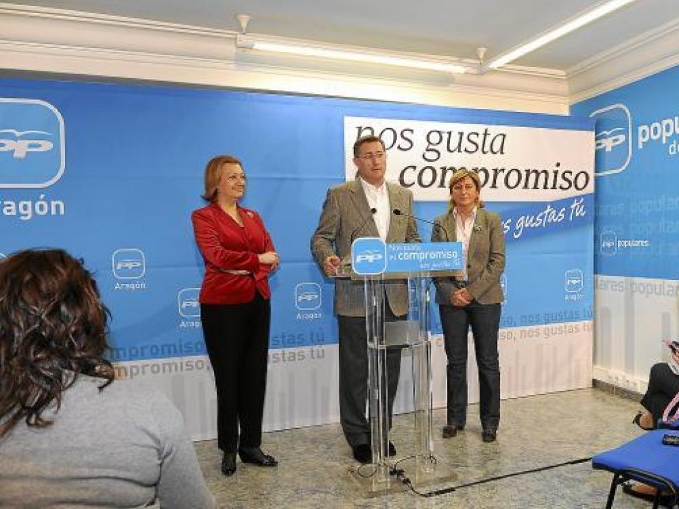 Manuel Blasco, entre Rudi -a la izquierda- y Pobo, ayer en su presentación como candidato.
