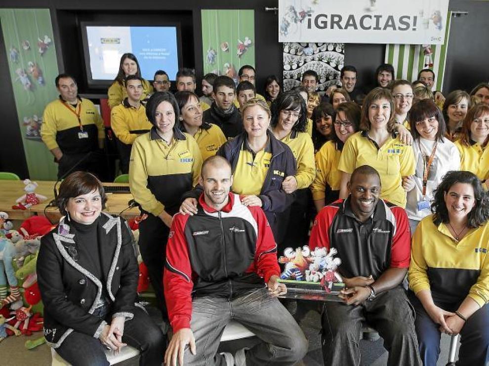 Maribel Martínez, Andrés Miso, Darren Phillip y Natalia Takis (de izquierda a derecha), sentados. Detrás, varios empleados.