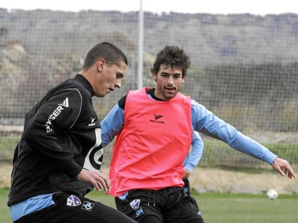 Víctor Pérez presiona al cedido en La Muela Marko Lukic durante el entrenamiento de ayer.