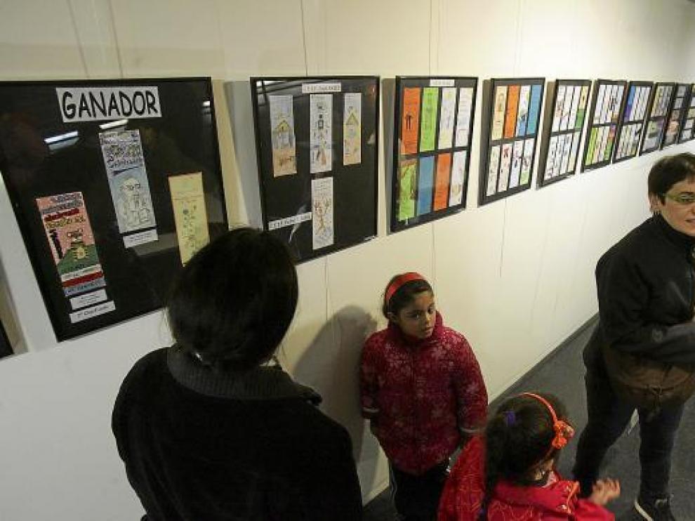 Visitantes de la exposición del II concurso de marcapáginas, en el Centro Cívico Santiago Escartín.