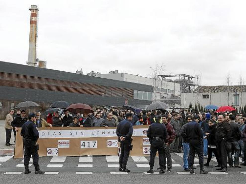 Concentración de protesta de los trabajadores del sector papelero ayer a las puertas de Saica.