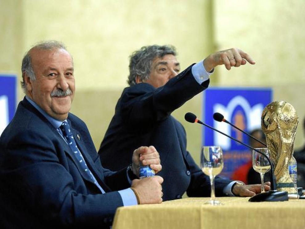 Del Bosque y Villar, con la Copa ganada por España en el último Mundial de Fútbol.