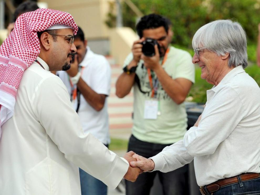 El jeque bahreiní Salman bin Hamad al Jalifa estrecha la mano con Bernie Ecclestone