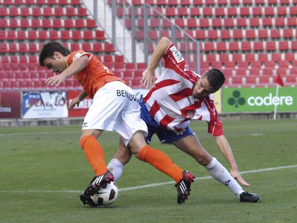 Jorge Galán trata de marcharse de un defensor