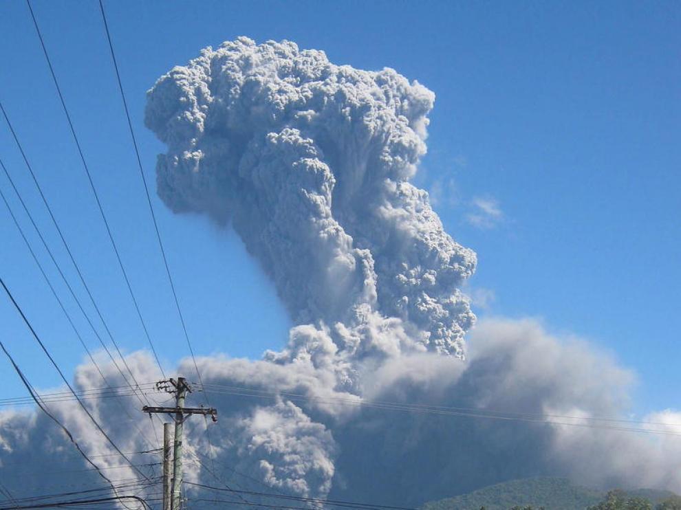Nube de cenizas de la erupción de Bulusan, en Filipinas.