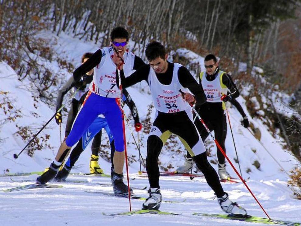 Un momento de la competición de esquí de fondo del triatlón.