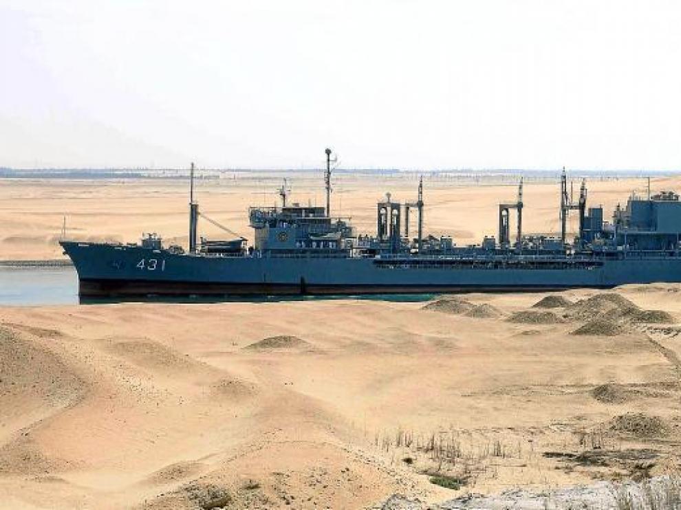 Un barco de guerra iraní navega por el canal de Suez en Ismailia (Egipto), tras conseguir los permisos del Ministerio de Defensa egipcio.