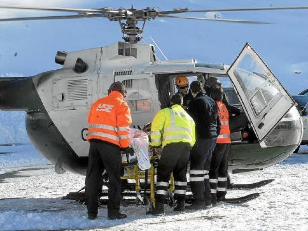 El helicóptero de la Guardia Civil evacúa, el día del accidente, a una de las víctimas hasta una UVI móvil.