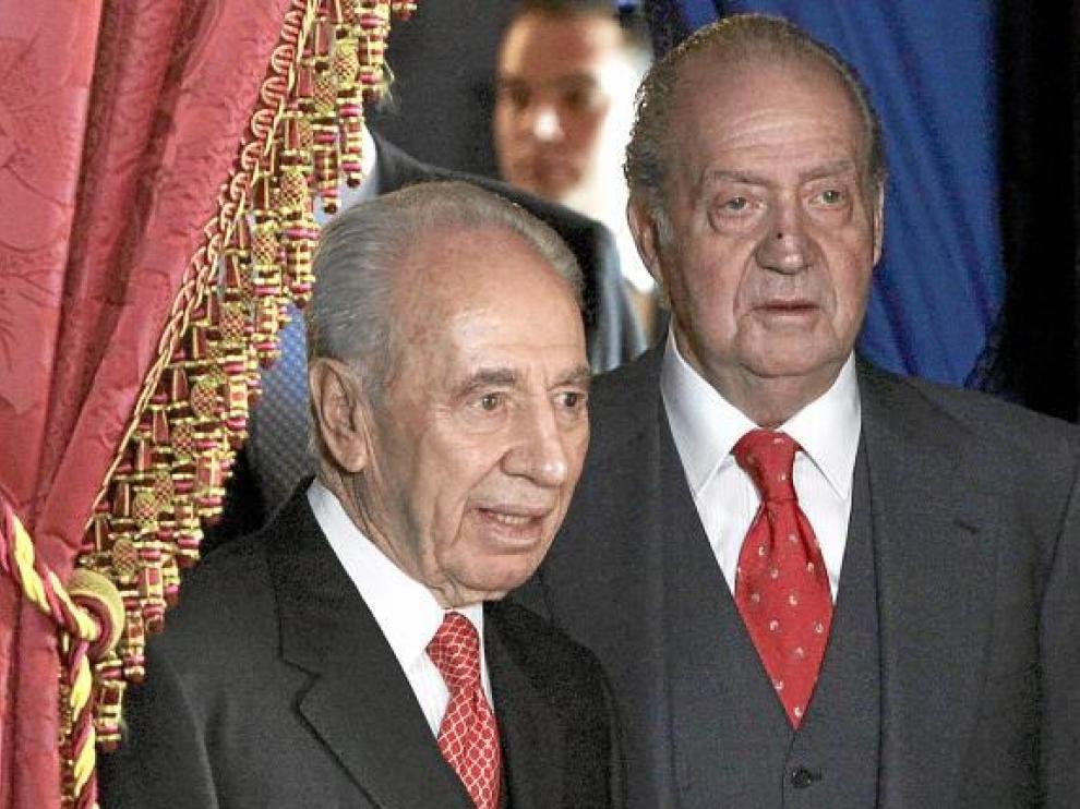 El Rey y el presidente Simón Peres, antes del almuerzo ofrecido ayer en el Palacio Real.