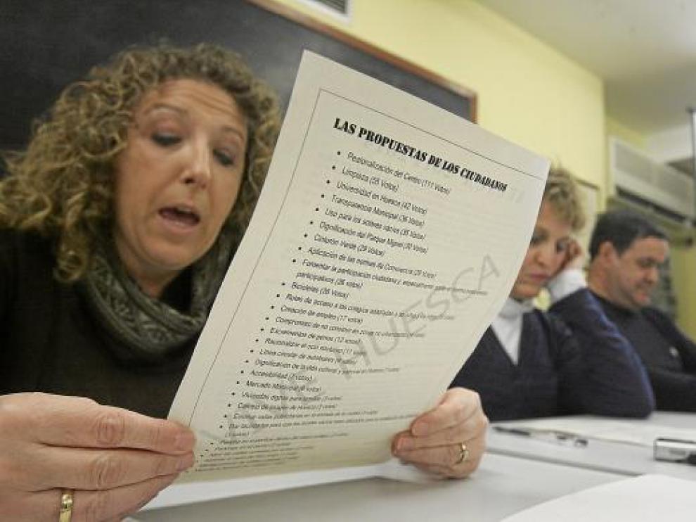 Susana Oliván, presidenta de Osca XXI, lee el documento con las demandas vecinales.