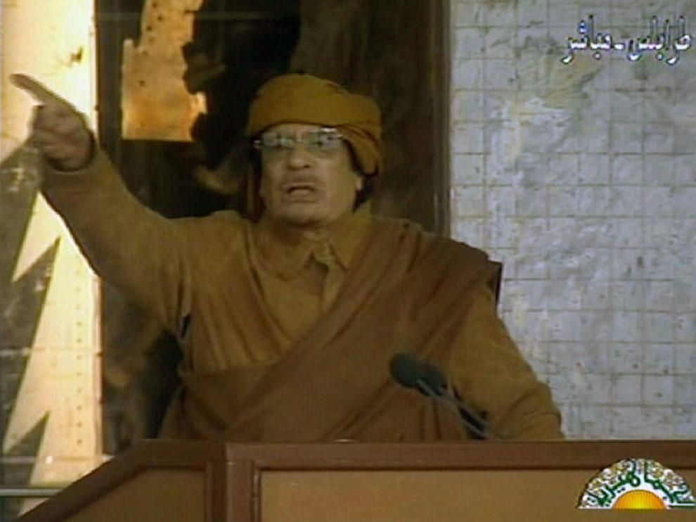 Muamar Gadafi, hablando durante su comparecencia para una televisión libia