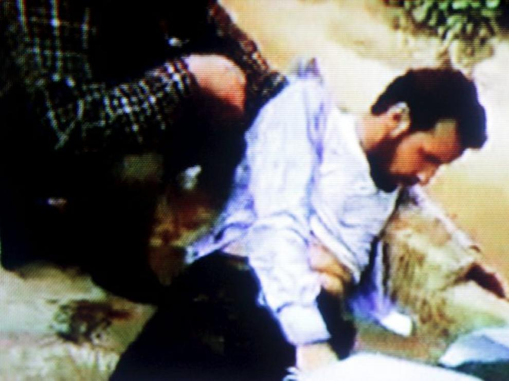 Captura de la Televisón Al Arabiya que muestra un herido libio durante las protesas.