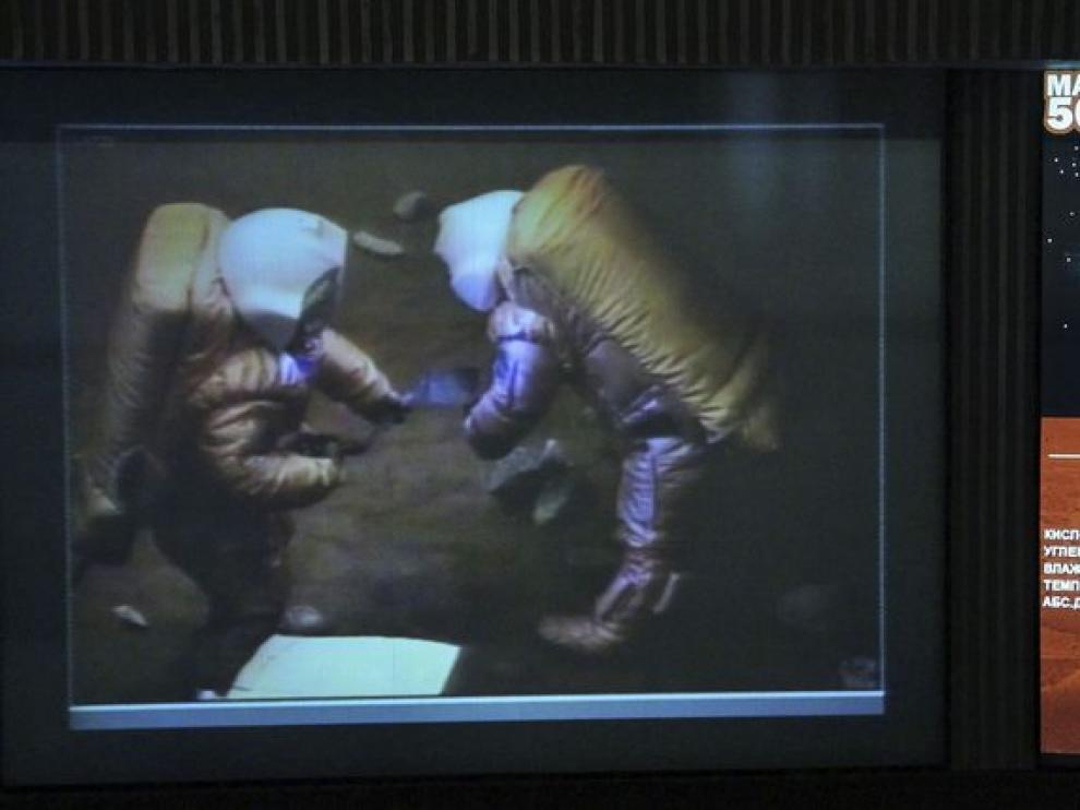 Los astronautas durante el simulacro de caminata en Marte