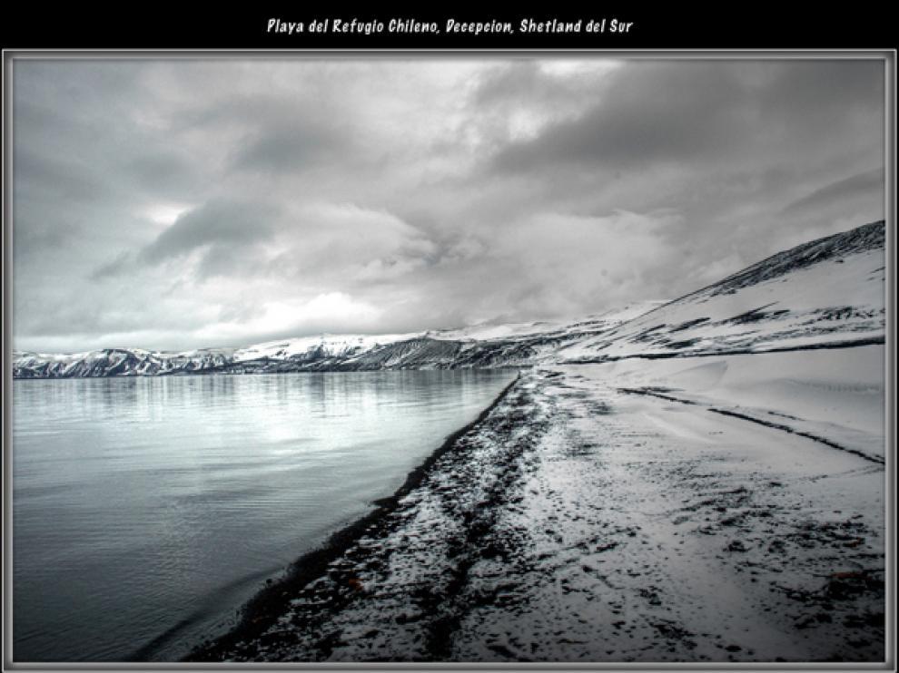 Playa del Refugio Chileno, en isla Decepción, Shetland del Sur (Antártida)